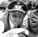 Soeben hatte Schießmeister Franz Herzmann die 199. Patrone eingelegt, da war es auch schon geschehen. Der neue König Meinolf Schütte wurde herzlichst von seinen Freunden beglückwünscht. Fotos: Heier